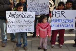 Familias completas de mineros salieron a la calle para pedir apoyo de las autoridades municipales, estatales y federales.