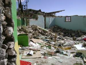 Dinamitan propiedad a pesar del riesgo de los habitantes