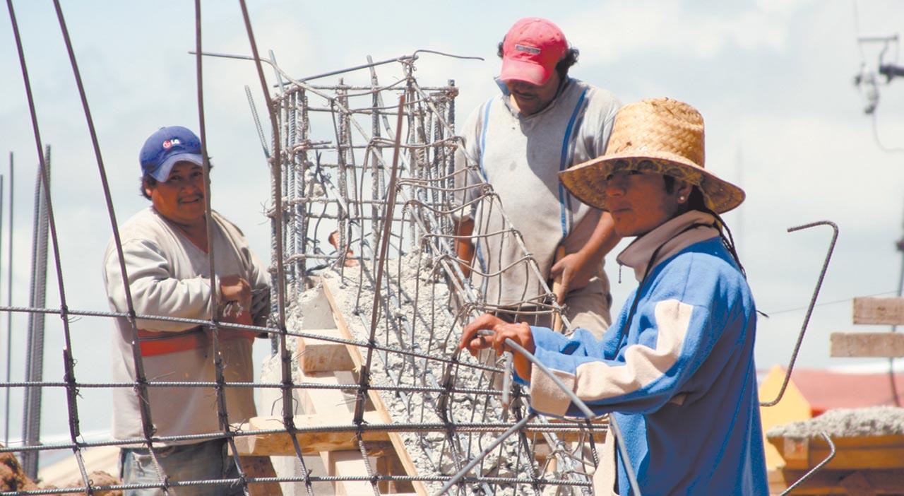Albañiles y campesinos resienten estragos por altas temperturas
