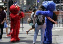 INSÓLITO/ Arrestan a hombre disfrazado de Elmo por insultar a turistas en Nueva York