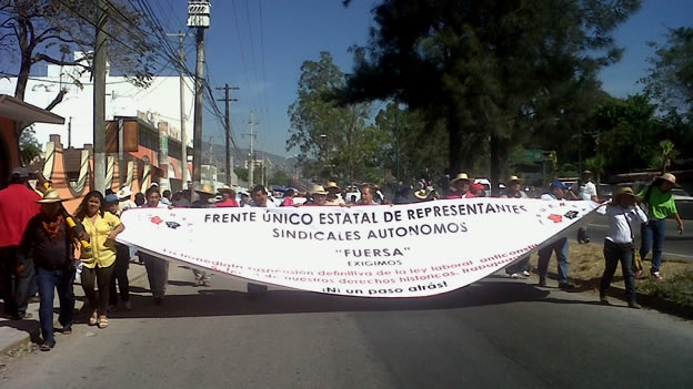 NACIONAL/ Profesores y organizaciones marchan en Guerrero contra reforma educativa