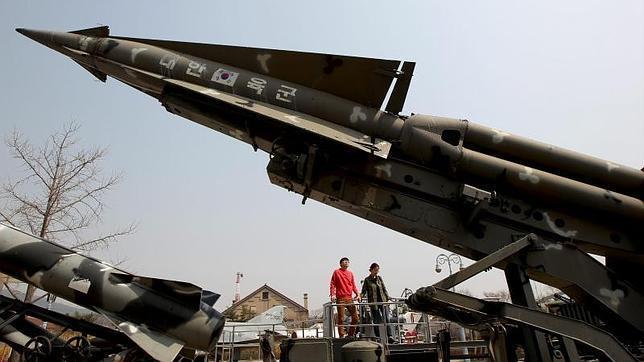 INTERNACIONAL/ Corea del Norte pone en posición de lanzamiento uno de sus misiles