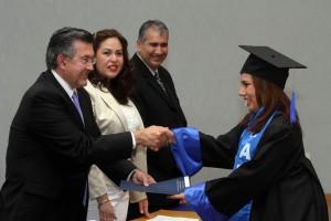 Rector entrega reconocimiento a graduados en Torreon