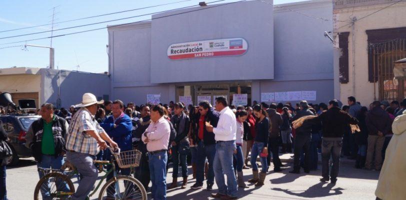 Maestros toman oficinas de recaudación en protesta por ISR