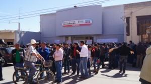 Maestros toman oficinas de recaudación en protesta por cobro de ISR