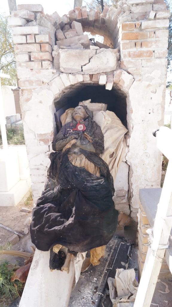 Profanan tumba en panteón de San Pedro