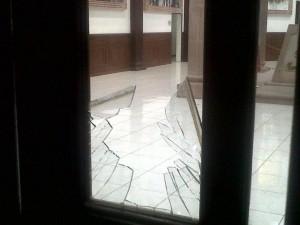 Fotografia: Osvaldo Quiróz de XESJ / Maestros rompen vidrios en su intención de irrumpir en la sesión del Congreso el pasado viernes