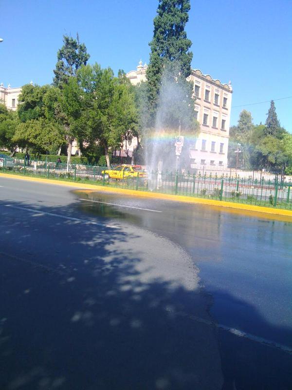 Fuga de agua en camellón central Venustiano Carranza