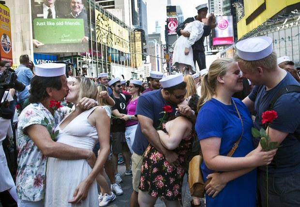 Con beso masivo en NY recuerdan el fin de la Segunda Guerra Mundial