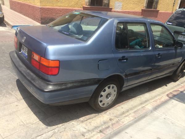 Auto estacionado en linea roja y rampas para discapacitados en Aldama y Bravo