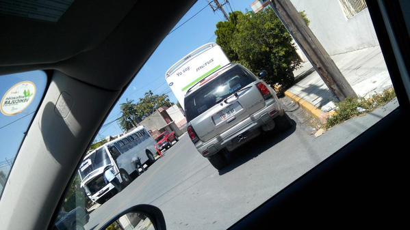 Nula visibilidad por camiones estacionados