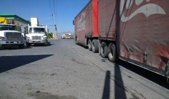 Petición de retirar trailers, en la entrada de Loma