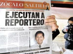MEX14. SALTILLO (MÉXICO), 08/01/2010.- Un residente de la ciudad de Saltillo (México) muestra hoy, viernes 8 de enero de 2010, una noticia aparecida en el diario Zócalo, que da cuenta de la ejecución de uno de sus reporteros. El periodista Valentín Valdés Espinosa, que fue secuestrado en esta ciudad, apareció hoy muerto mientras que un compañero suyo está desaparecido, informaron fuentes estatales. El cadáver del primer comunicador asesinado en el país en 2010, fue encontrado con un mensaje -cuyo contenido no ha trascendido- en frente de un motel, donde el 30 de diciembre fue capturado un importante narcotraficante de la zona. EFE/STR