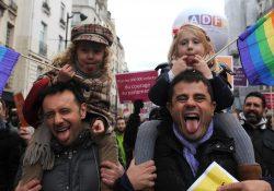 Legalizan en Colombia adopción para parejas gay