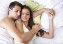 (VIDEO) Posiciones al dormir reflejan la relación de pareja