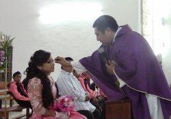 (Vídeo) Humilla sacerdote a quinceañera maya por no confesarse antes de misa