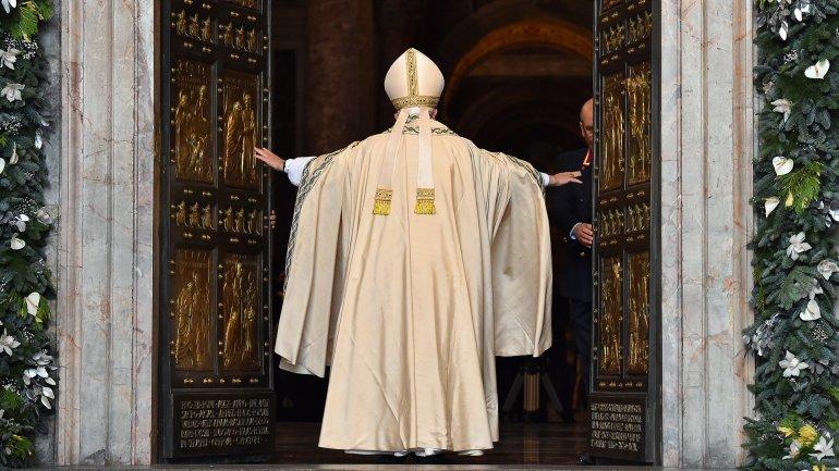"""Advierte el Papa sobre estafadores que cobran por cruzar las """"Puertas Santas"""""""