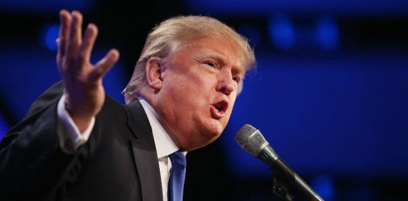 (VIDEO) Lanzan tomates a Donald Trump durante un discurso en Iowa