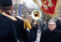 Raúl Castro es recibido con honores en Francia