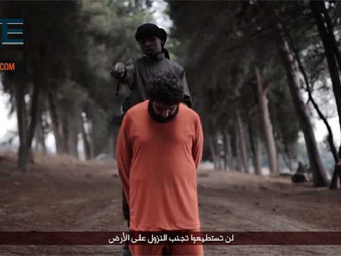 Niño yihadista decapita a dirigente religioso en nuevo video de Estado Islámico