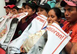 Padres de Ayotzinapa estarán en primera fila en misa del Papa