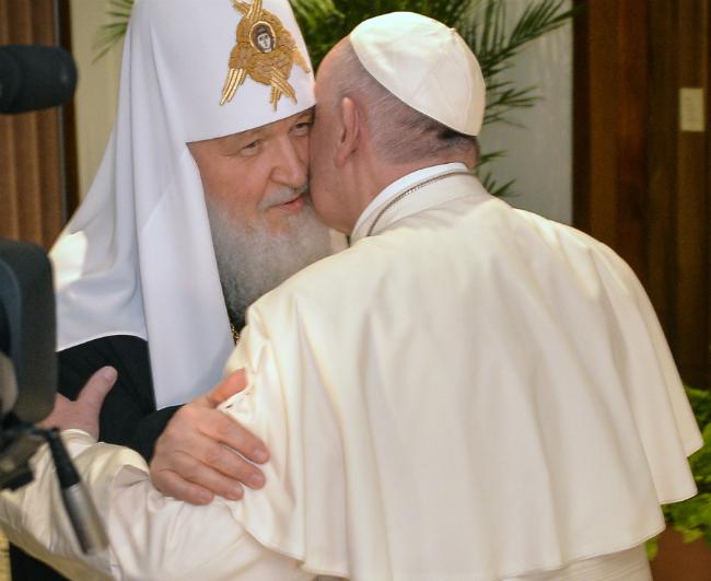 El Papa da abrazo histórico a líder de iglesia ortodoxa antes de volar hacia México