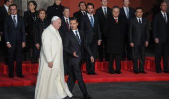 Desfile de políticos en visita del Papa Francisco en México