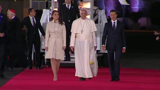 Arranca la visita del Papa Francisco en México; lo recibe EPN y su esposa