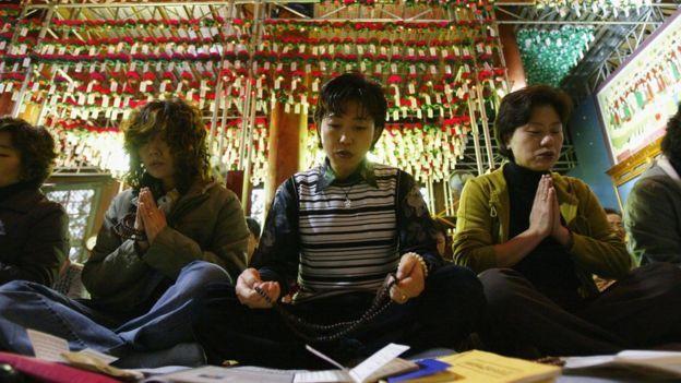 Conoce los rituales de los estudiantes asiáticos para aprobar un examen