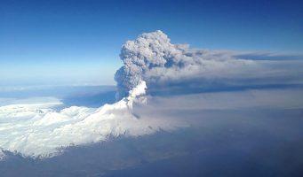 Volcán erupciona abruptamente en Alaska después de tres años sin actividad