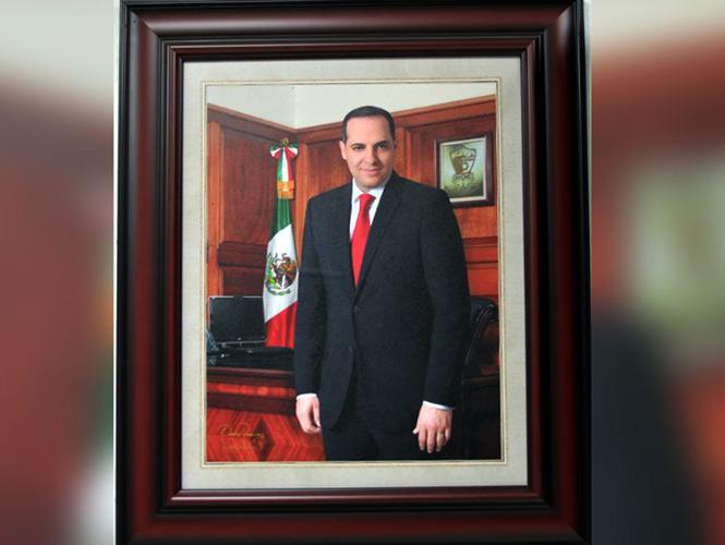 Alcalde paga con recursos públicos casi $100 mil pesos por foto oficial