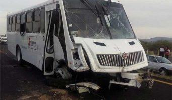Choque de transporte de personal en la Saltillo-Torreón deja 15 heridos
