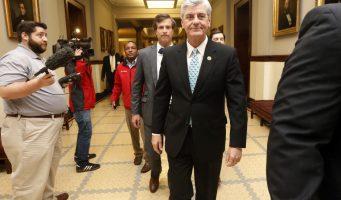 Promulga gobernador de E.U ley para negar servicios a homosexuales