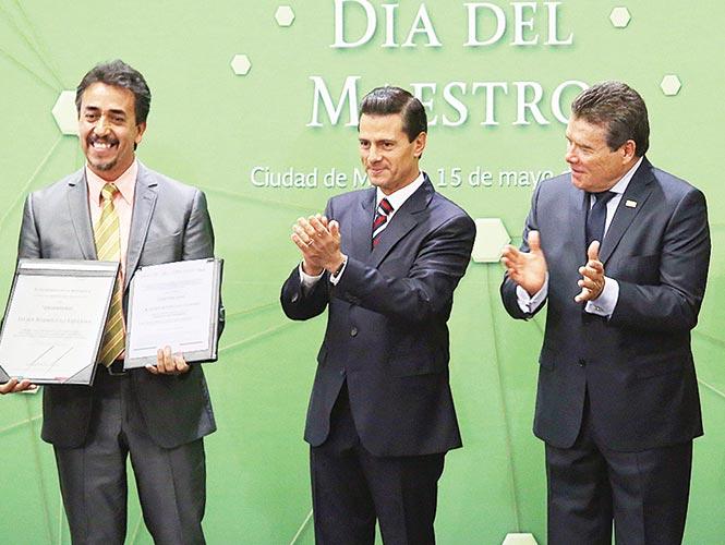Peña Nieto reconoce compromiso de maestros con modelo educativo