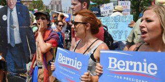 Abuchean a Sanders por apoyar a Hillary Clinton