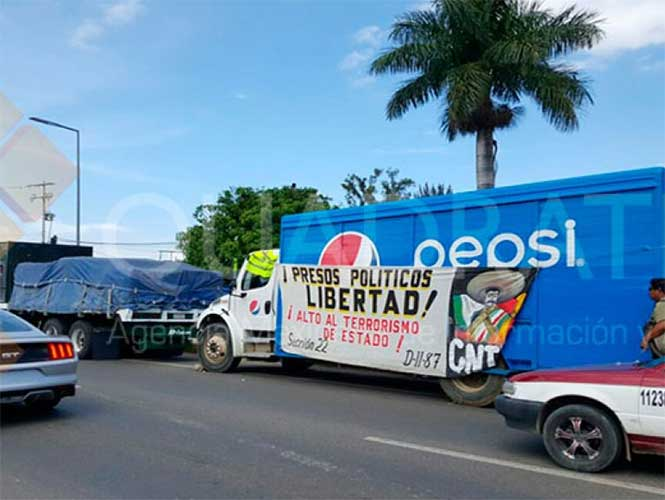 Retienen maestros disidentes vehículos en aeropuerto de Oaxaca