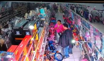 """(VIDEO) Se roban la navidad """"farderas"""" en Saltillo"""