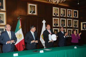Firma RMV decreto de estímulos fiscales estatales