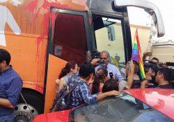 Comunidad LGTBI protesta frente al autobús de la Libertad