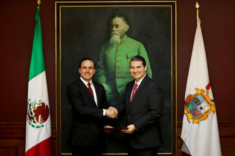 Entrega Manolo Jiménez nombramientos a funcionarios municipales