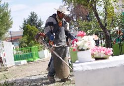 Realizan limpieza y mantenimiento en cementerios de la ciudad
