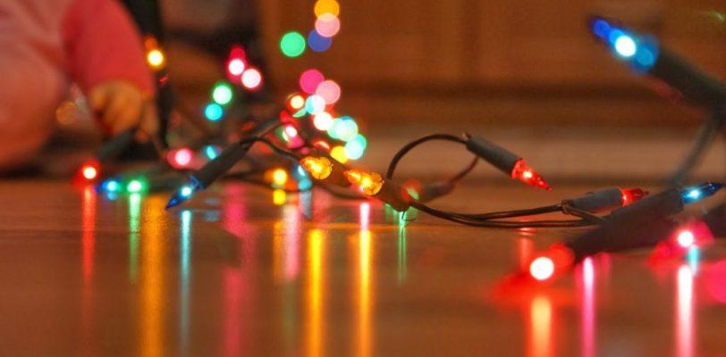 ¿Pondrá luces navideñas? Revíselas y evite incendios