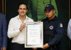 """Reconoce alcalde a """"héroe"""" policial"""