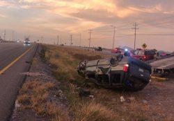 Vuelca automovilista en Libramiento Oscar Flores Tapia.
