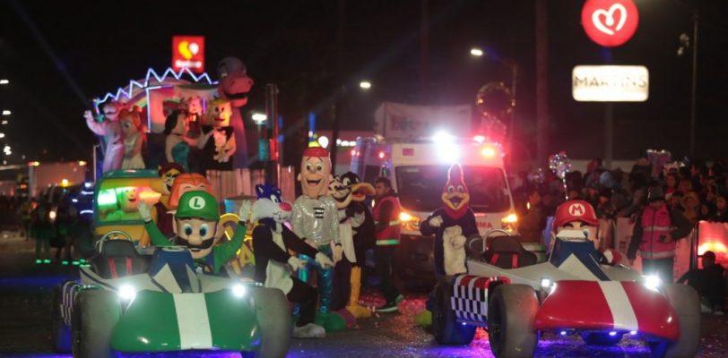 Vive Saltillo noche de 'Magia y Color' con desfile navideño