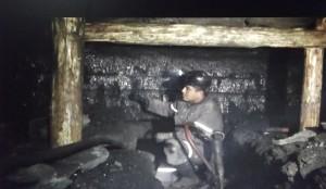 Trabajan en tiros de un metro a un metro 20 de altura en muchos de los pozos mineros.