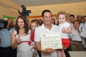 Recibe Ricardo Aguirre constancia de mayoría