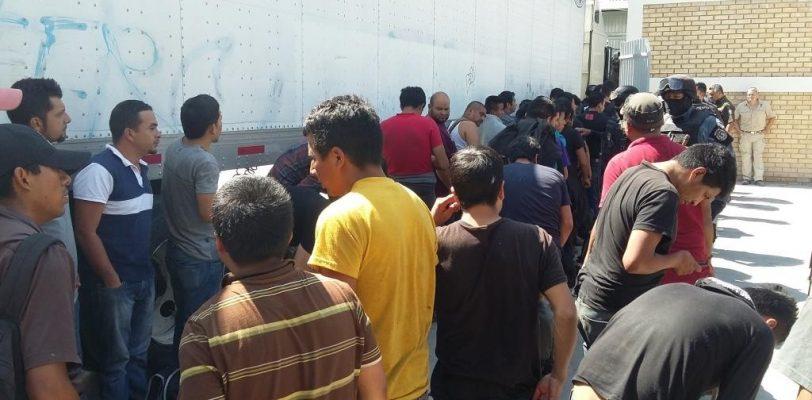 Rescatan en Coahuila a 114 migrantes encerrados en un trailer
