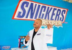 Retiran chocolates Snickers de 55 países por tener plástico