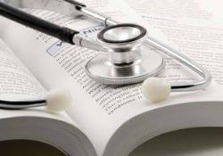 Sólo la mitad de aspirantes a ser médicos terminan la carrera